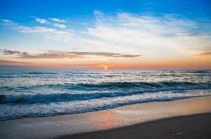prachtige cloudscape over de zee, zonsondergang geschoten foto