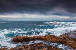 stormachtig weer op het vulkanische strand foto