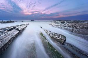 rotsen in barrika strand bij zonsondergang