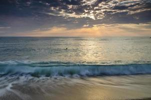 eeuwigheid op Bulgaarse zanderige kust nabij zonsopgangmeditatie