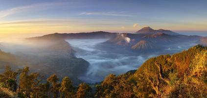 bromovulkaan bij zonsopgang, oost-java, indonesië foto
