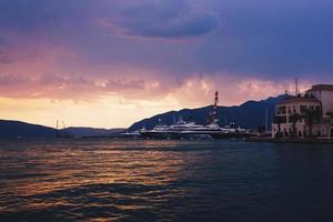 prachtige zonsondergang over bergen en de baai van Kotor.