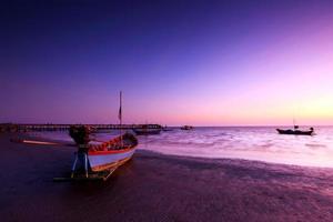 vissersboot in de schemering
