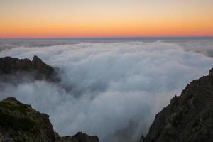 zonsondergang in de berg pico do arieiro, madeira (portugal)