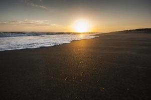 Italiaanse zonsondergang op het strand foto