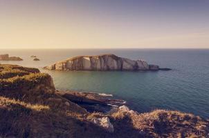 klein stenen eiland in de oceaan gezien vanaf de kliffen