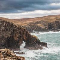 natuurlijke boog op de schotse kustlijn