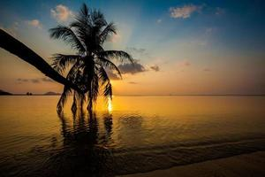 zonsondergang op het eiland Koh Phangan foto