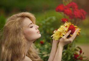 meisje met bloemen in de hand