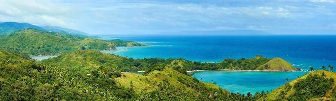 prachtig panoramisch uitzicht op kust en groene bergen foto