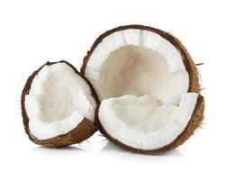 kokosnoot in tweeën gesneden op witte achtergrond foto