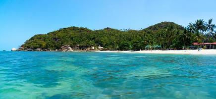 rotsachtige kustlijn op het eiland samui