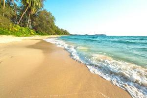 mooi tropisch strand bij het eiland van koh kood, thailand foto