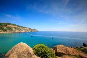 uitzicht op zee op het kleine eiland, vietnam foto