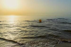 zonsopgang op het strand in spanje foto