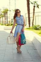mooi meisje winkelen in de stad