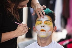 sylist make-up op clown zetten foto