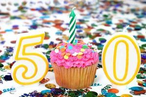viering cupcake met kaars - nummer 50 foto