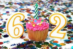 viering cupcake met kaars - nummer 62 foto