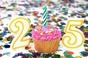 viering cupcake met kaars - nummer 25 foto