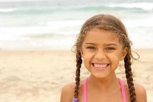 lachend meisje op het strand