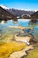mijlpaal van huanglong, het werelderfgoed, in het winterseizoen. foto
