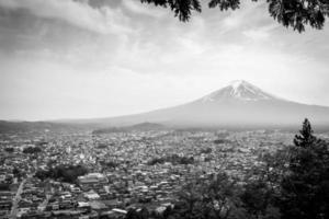 fuji-berg in het voorjaar, verwerkt in zwart en wit. foto