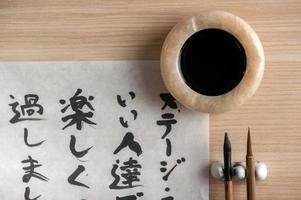 kalligrafiegereedschap op tafel