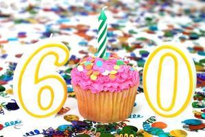 viering cupcake met kaars - nummer 60 foto