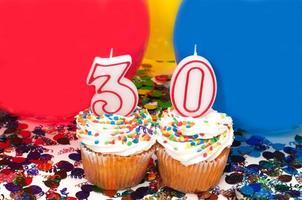 feest met ballonnen, confetti en cupcake foto
