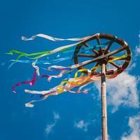 viering van midzomer. houten wiel met heldere linten