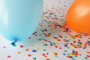 blauwe en oranje ballonnen met confetti foto