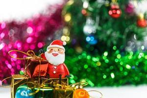 kerstviering van de kerstman met geschenkdoos foto