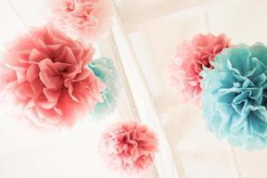 roze en blauwe pom poms foto