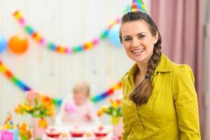 portret van moeder en vierende baby op achtergrond foto