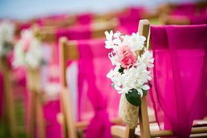 bloem decor op een bruiloft gangpad