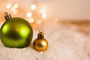 kerstballen op besneeuwde achtergrond foto