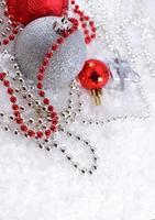 zilveren en rode kerstversieringen foto