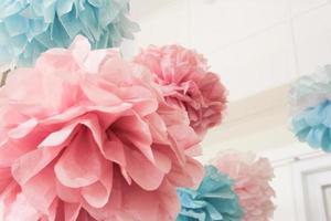 roze en blauwe papieren pom pom poms foto