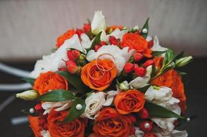bruidsboeket van heldere bloemen.