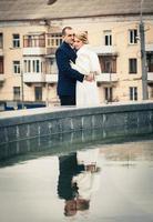bruiloft. paar omarmen in de stad foto