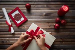 kerstcadeau voorbereiden foto