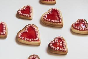 rode harten cookies op witte achtergrond foto