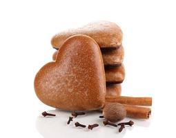 hartvormige koekjes in stapel met kaneel geïsoleerd op wit