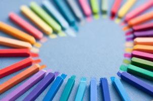 kleurrijke krijtpastelkleuren in vorm van hart