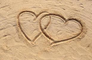 het strand en de hartvorm getekend.
