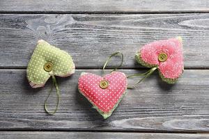 drie harten op planken foto
