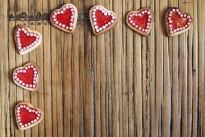 rode harten cookies op houten achtergrond foto
