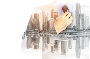 dubbele belichting van een zakenman en een stadsgezicht