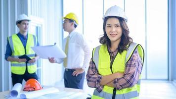 vrouwelijke ingenieur in harde hoed